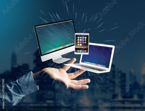Plakat Komputer i urządzenia wyświetlane na futurystyczny interfejs z sieci biznesu - koncepcja multimediów i technologii