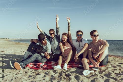 Plakat Hipster młodzi ludzie na letnie wakacje