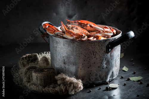 Foto auf AluDibond Schalentier Boiled fresh crab with allspice and bay leaf