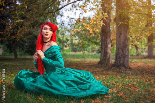 Photo Cute girl in a beautiful dress in an autumn forest
