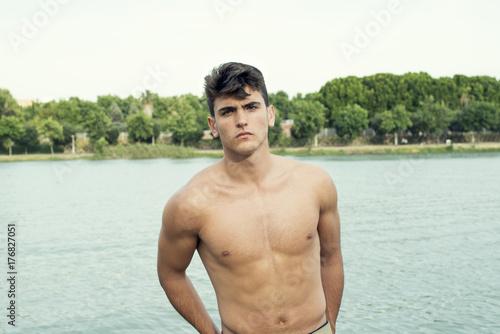 Fotografie, Obraz  Retrato de medio cuerpo de hombre joven con el torso desnudo
