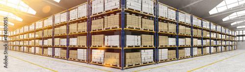 Fotomural  Panorama von Lagerhalle mit vielen Kisten