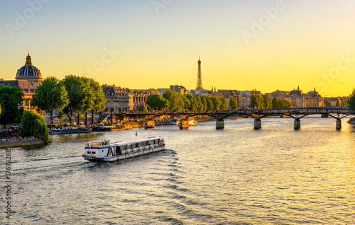Tuinposter China Sunset view of Eiffel tower, Pont des Arts and Seine river in Paris, France
