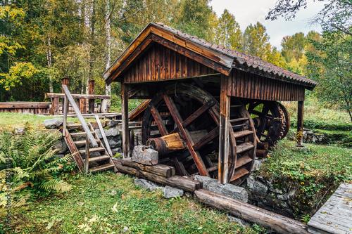 bardzo-stare-zelazo-napedzane-woda-dziala-w-szwecji