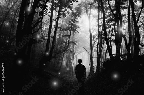 straszny-cien-w-ciemnym-nawiedzonym-lesie-krajobraz-halloween