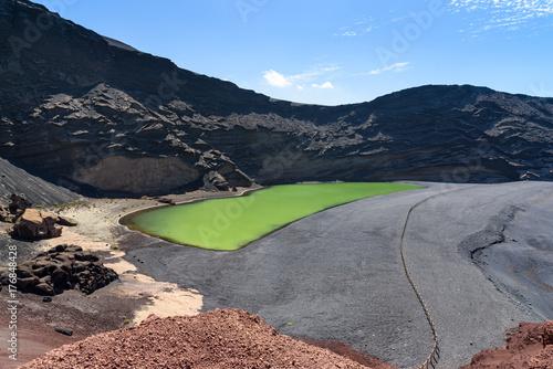 Zdjęcie XXL wulkaniczny krater i zielone jezioro w El Golfo, Lanzarote, Wyspy Kanaryjskie, Hiszpania