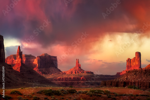 Spoed Foto op Canvas Bordeaux Spectacular Sunset in Monument Valley