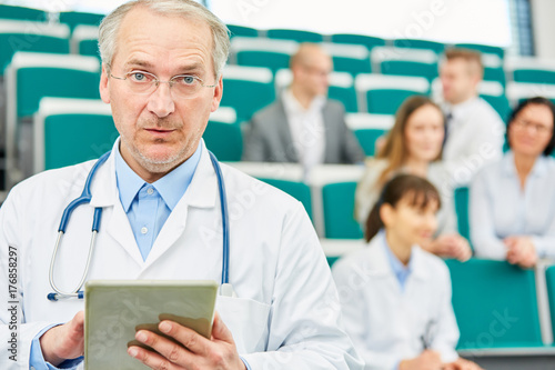 Plakat Senior jako kompetentny profesor medycyny