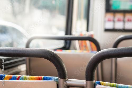 Zdjęcie XXL Autobus od pasażerów punktu widzenia. Siedząc w autobusie. Pojęcie transportu publicznego z radosnym klimatem.