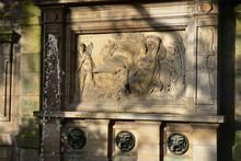 Sculpture De Léda Et Le Cygne De La Fontaine Médicis Du Jardin Du KLuxembourg à Paris