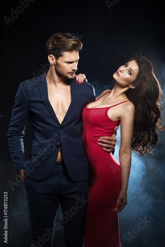 Plakat Seksowna elegancka para. Nosić strój kobiety