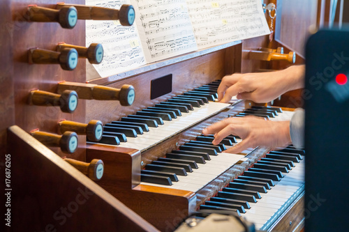 Zdjęcie XXL Zamknij się widok organista gra na organ piszczałkowy