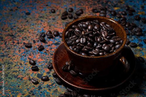 Plakat ciemny kubek z ziaren kawy