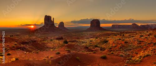 La pose en embrasure Rouge mauve Sunrise over Monument Valley Panorama