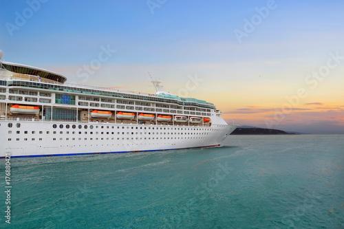 Plakat Luksusowy statek wycieczkowy żegluje przesyłać na wschodzie słońca