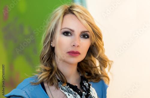 Plakat Uroczy blond kobieta portret