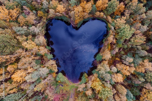 Vue aerienne Aerial view of heart shaped pond