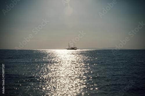 Plakat żaglówka nad morzem