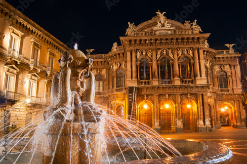 Stampa su Tela Landmarks of Catania: night view of the fountain of Dolphins in Piazza teatro Ma