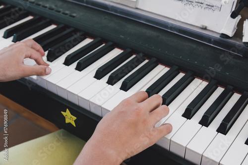 Plakat 9-letnia dziewczynka gra na pianinie elektrycznym