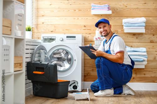 Zdjęcie XXL człowiek pracy hydraulik naprawy pralka w pralni