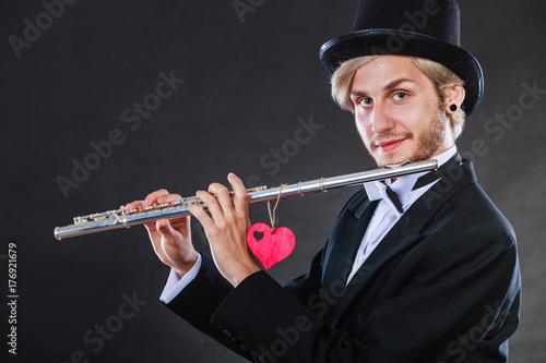 Plakat Mężczyzna flecista z fletem i sercem. Kochaj melodię