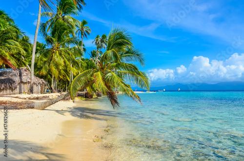Deurstickers Tropical strand Beautiful lonely beach in caribbean San Blas island, Kuna Yala, Panama. Turquoise tropical Sea, paradise travel destination, Central America