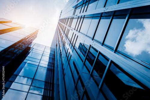 Photo  Modern office building against blue sky, blue tone.