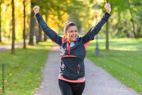 Foto  Happy fit woman cheering and celebrating