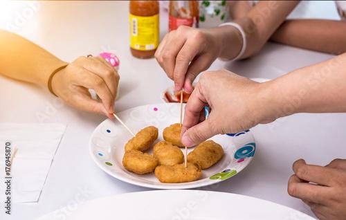 Plakat Grupa przyjaciół toasting i jedzenie w fast food