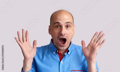 Plakat zszokowany łysy facet na białym tle