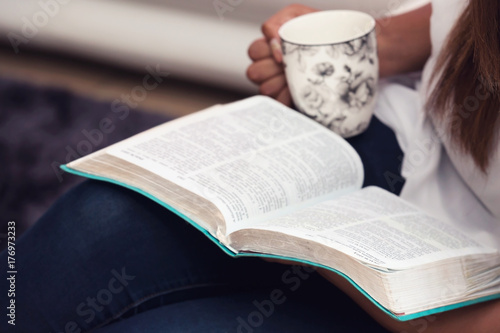 Fotografia  Close Up Of Young Lady Studying Her Bible