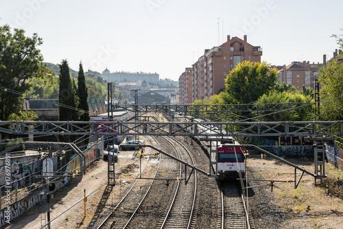 Plakat Pociągiem podmiejskim odjeżdżającym ze stacji Principe Pio w Madrycie