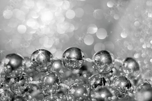 Zdjęcie XXL Abstrakta srebnych bożych narodzeń czarny i biały tło z miękką ostrością. Nici z okrągłymi koralikami i pięknym bokeh.