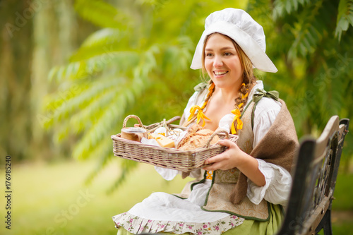 Fotografie, Obraz  a peasant woman offers someone a snack