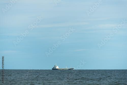 Plakat Wielki ładunku statek po środku oceanu.