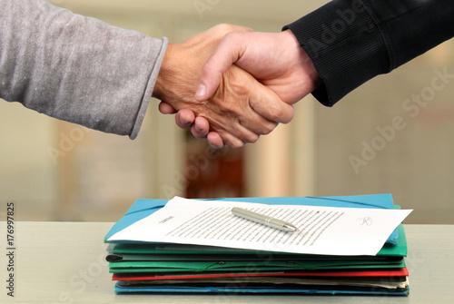 Poignée de mains pour un contrat conclu Canvas Print