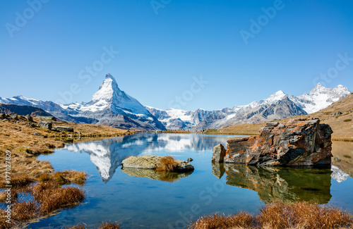 Tuinposter Reflectie Matterhorn peak reflected in Stellisee Lake in Zermatt, Switzerland.