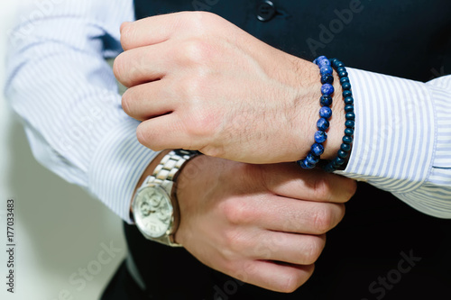 Fotografía  Close up Fashion image of hands of young businessman handsome model man in casual cloth suit with accessories on hands