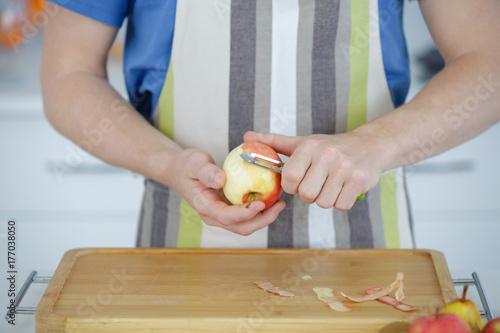 Plakat człowiek obieranie jabłko