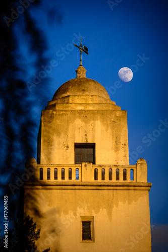 Papel de parede The moon rises near the Juniper Serra museum in San Diego, California