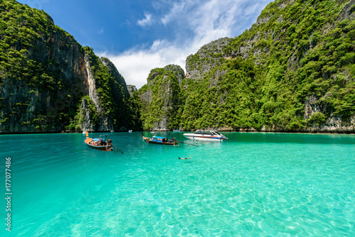 фотография Beautiful crystal clear water at Pileh bay at Phi Phi island in Krabi near Phuket, Thailand