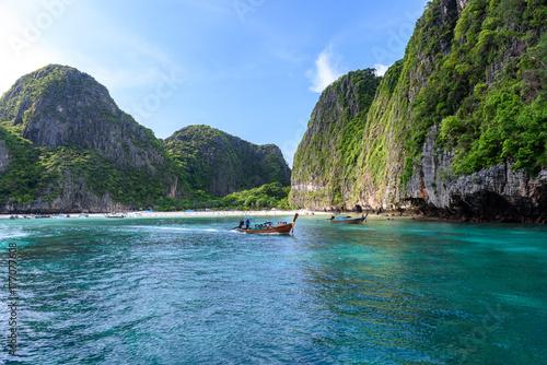 Fototapeta Piękna majowie zatoka Phi Phi wyspy w ranku z mniej turystą 2017