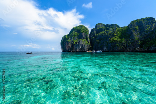 Staande foto Eiland Beautiful Maya bay of Phi Phi Islands in the morning with less tourist 2017