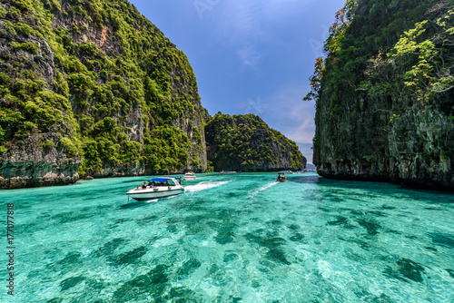 Photo Beautiful crystal clear water at Pileh bay at Phi Phi island in Krabi near Phuket, Thailand