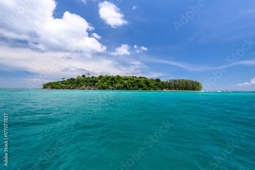 Plakat Bambusowa wyspa blisko Phi Phi wyspy, Krabi, Tajlandia
