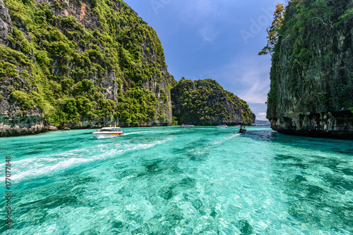 Photo Beautiful crystal clear water at Pileh bay at Phi Phi island near Phuket, Thaila