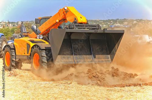 Zdjęcie XXL kombajn zbożowy działający w akcji na polu. Rolnictwo. Obszar uprawny.