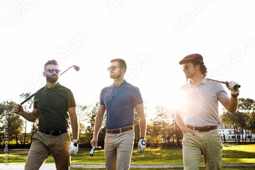 mezczyzni-grajacy-w-golfa-w