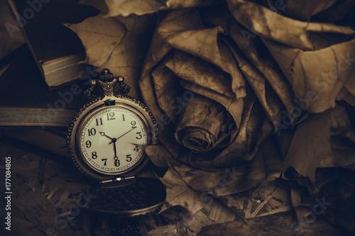Plakat zegarek kieszonkowy i bukiet jesiennych liści na stole